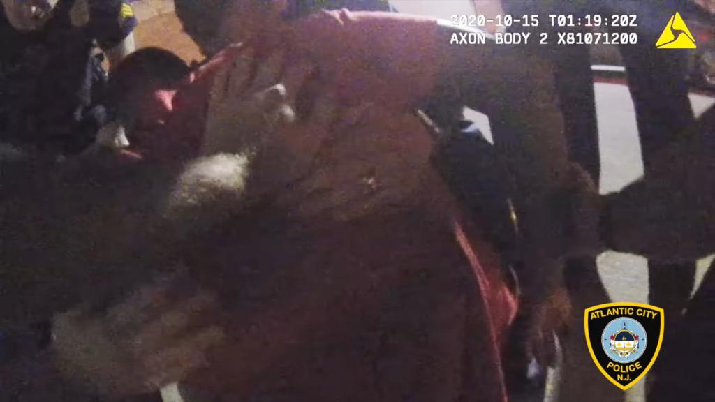 警察衝上緊抱「想不開男」 趁亂突告白:我愛你...結局太催淚❤