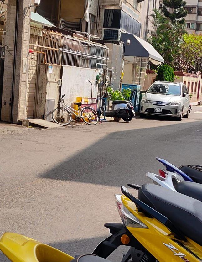 鄰居常用物品「霸佔車位」 他停車還被「要求移走」超傻眼
