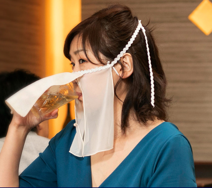 專為酒吧設計「性感風口罩」!吃飯喝酒「不用脫下」超方便