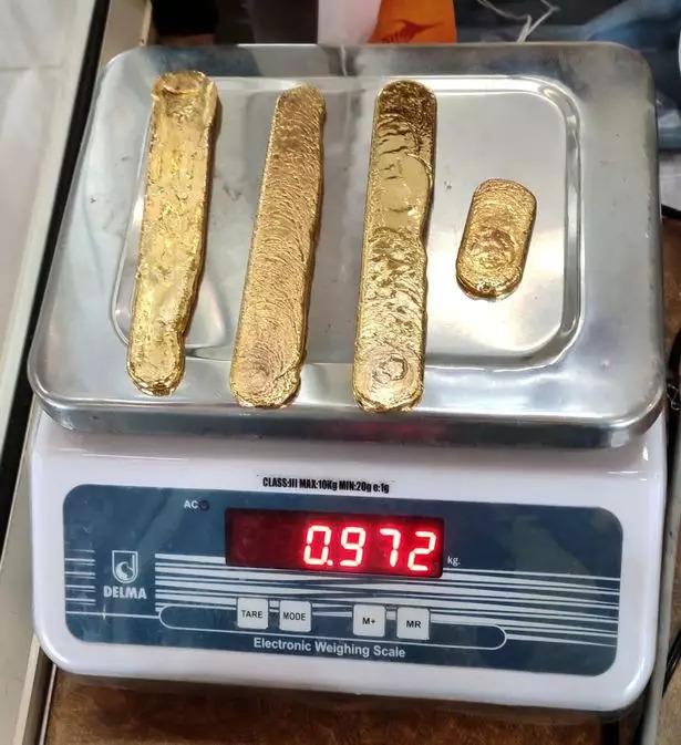 狂男偷渡「1公斤黃金」塞菊花 走路太詭異直接露餡