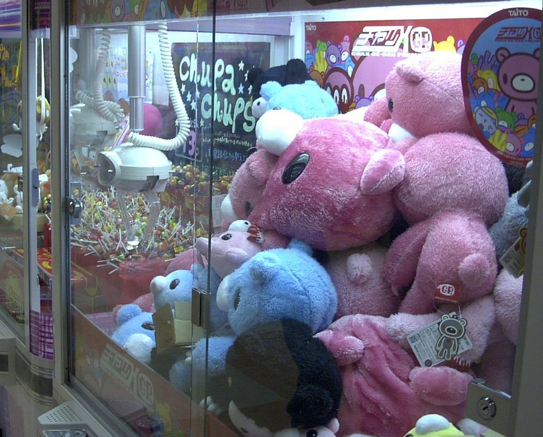 夾不到娃娃...客人怒報警!警察監視下「店員自己夾300次」悲劇了