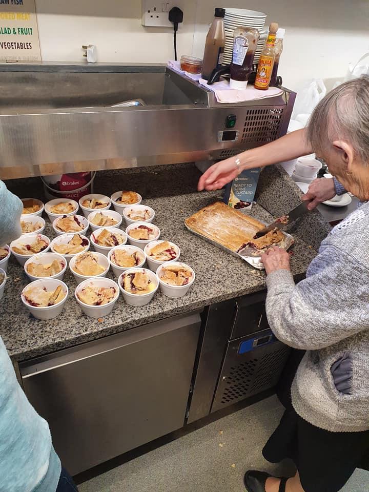 最暖の阿嬤!她親手「烤上百個餡餅」 派送給學校吃不飽的小朋友