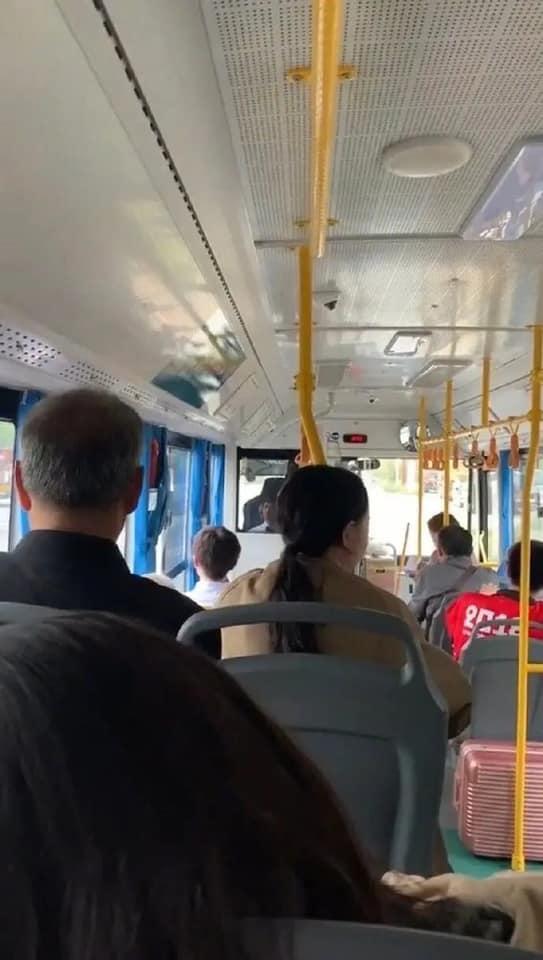 她搭公車遇「天菜背影」犯花癡 一看「鏡面反射」笑不出來