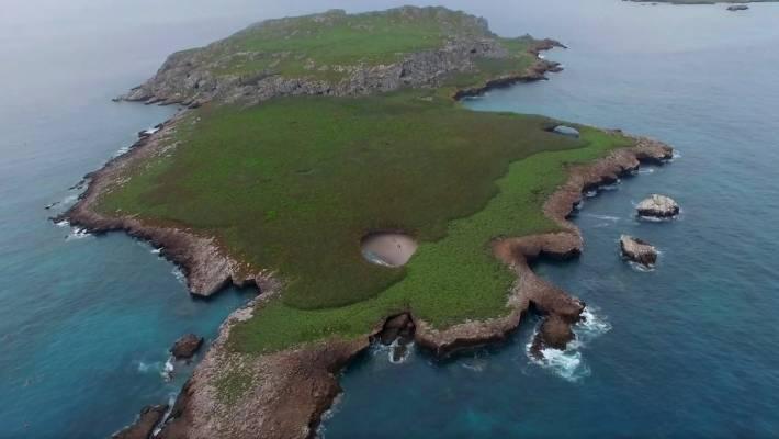 空拍機意外拍到「火山口神祕海灘」...先跳船再潛水才能到!