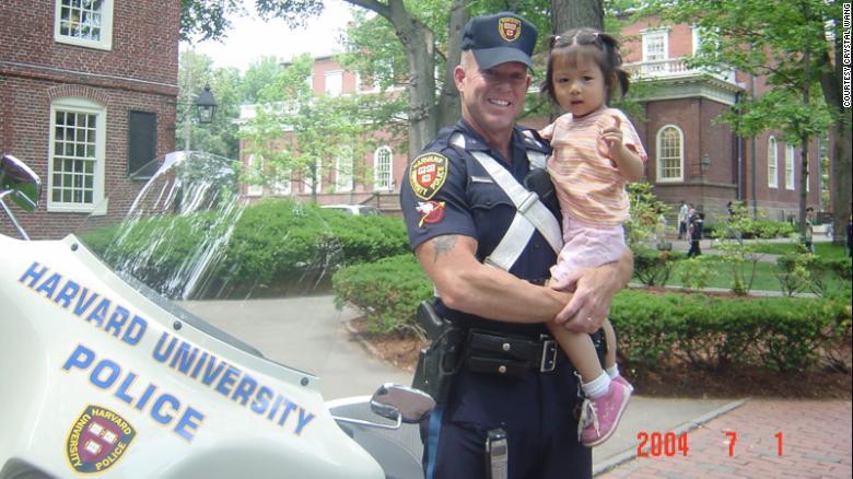 3歲遊哈佛跟校警合照...15年後「又踏入這裡」超催淚重逢