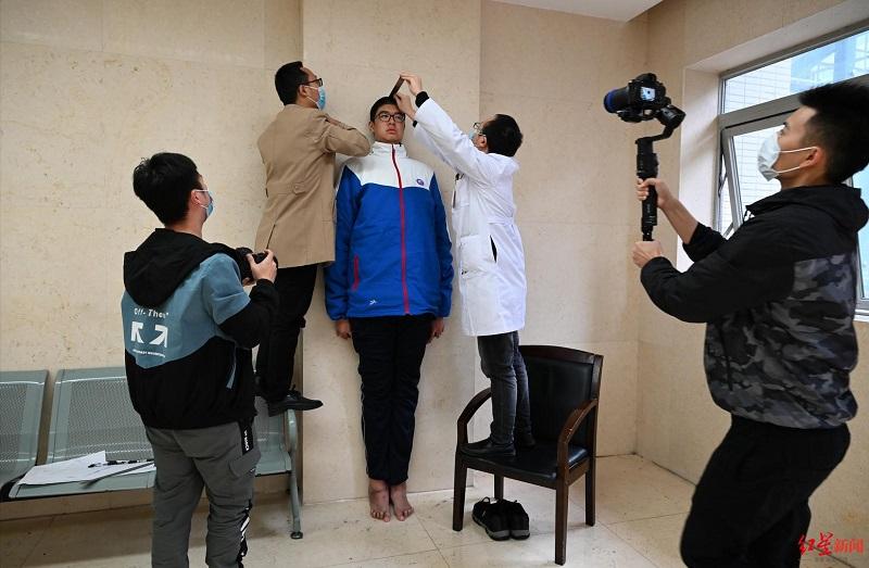 14歲男破記錄奪「世界最高青少年」 醫生嚇壞:這次不是巨人症!