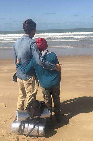 男孩徒步2千公里只想「抱一下阿嬤」 睡路邊3個月終於圓夢
