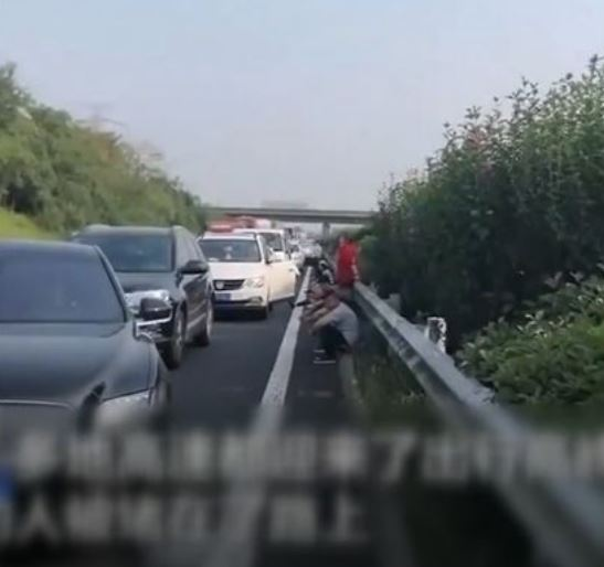 塞車塞到肚子餓!民眾高速公路「叫外送」另一個直接「釣魚」