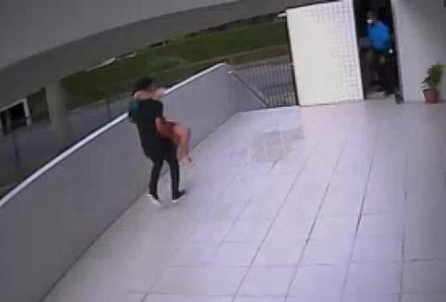 足球員變婦產科醫生...樓梯口「接生女兒」:她想要爸爸抱❤