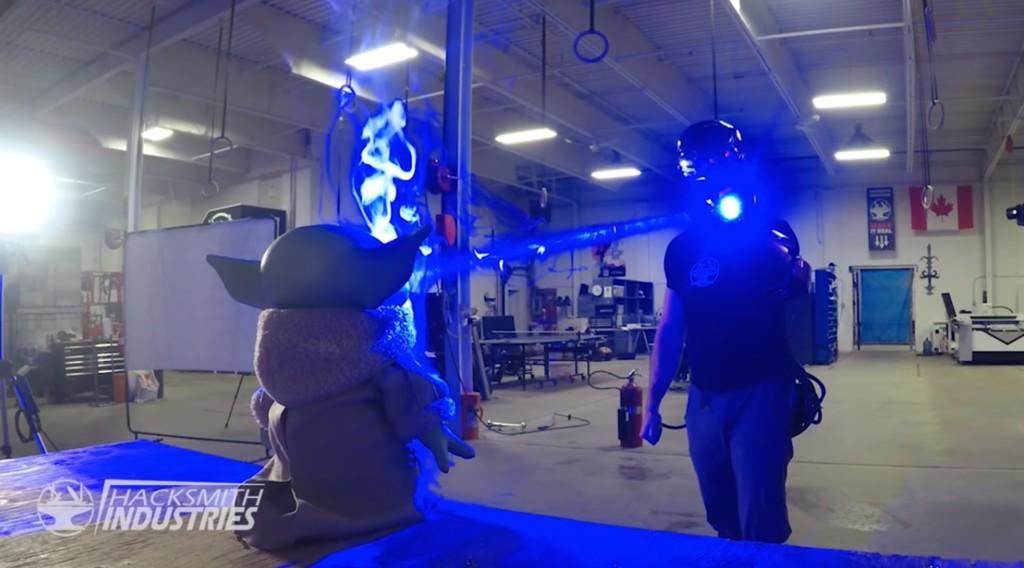 百萬網紅「自製鋼鐵人手套」 超強激光「一秒燒焦假人」