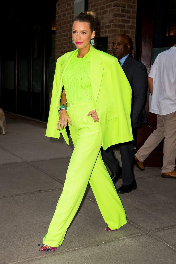 比男人還帥!布萊克蕾芙莉的「超完美西裝穿搭」...連螢光橘都行