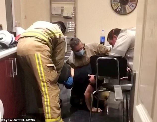 女大生喝醉「爬進烘衣機」出不來 消防員狠酸:還有人需要救嗎?