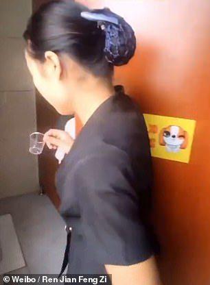 為證明很乾淨...清潔員「猛喝便池水」!主管鼓掌大讚:她每天自願喝