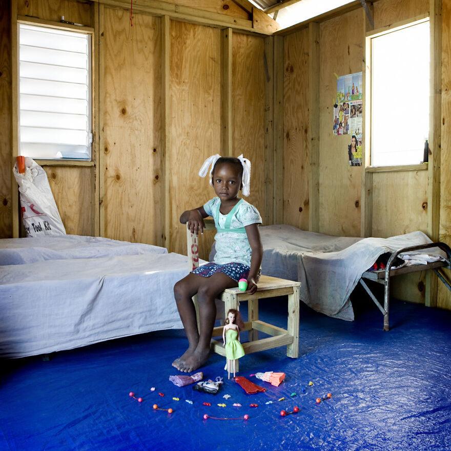22國孩子的「珍貴寶物」 只玩寶特瓶...但比擁有整組玩具車還幸福