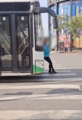 女子趕不上公車竟「用肉身攔截」 最後害慘司機
