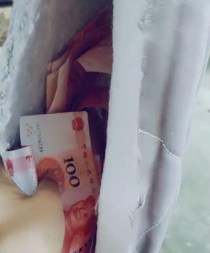 曬床墊破洞噴出「整疊鈔票」 人妻一撈爽翻秒換車