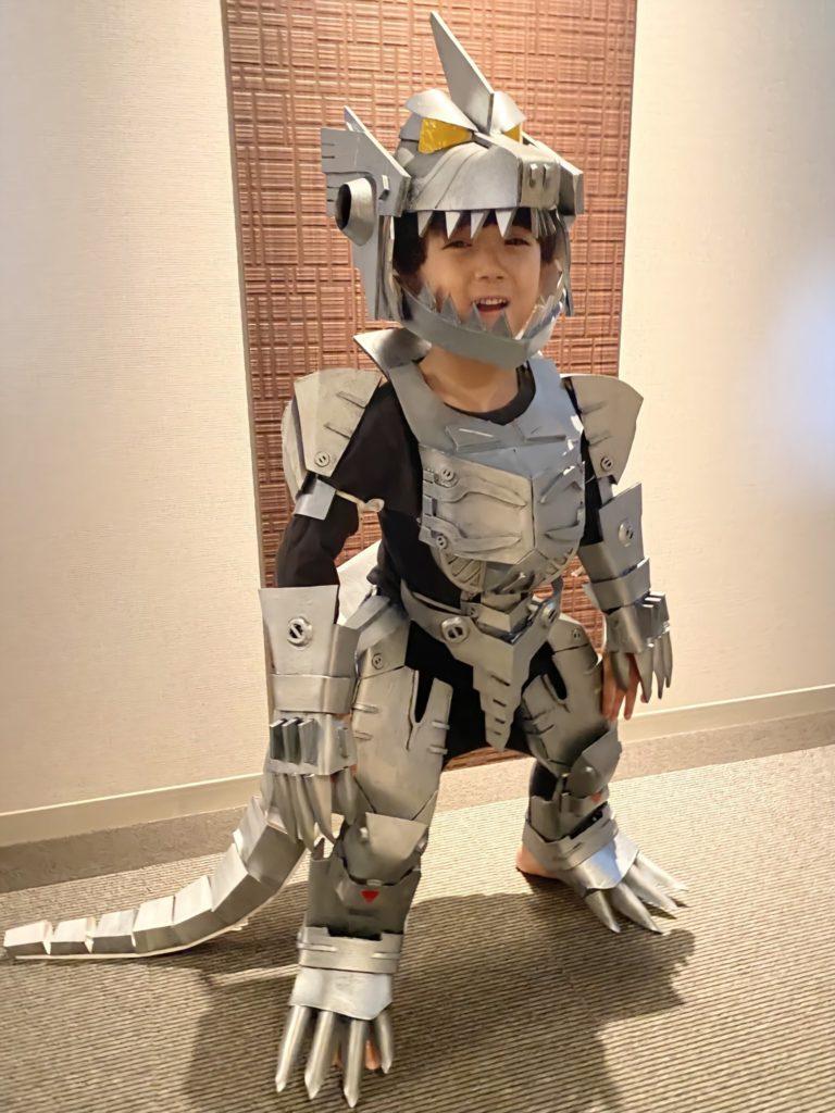 天才爸萬聖節手作「機械哥吉拉」 成品「霸氣外露」讓兒子穿上學!