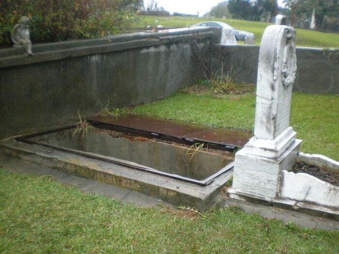 10歲女孩墓碑後有「神秘樓梯」?原來是為了讓媽媽「安慰她」