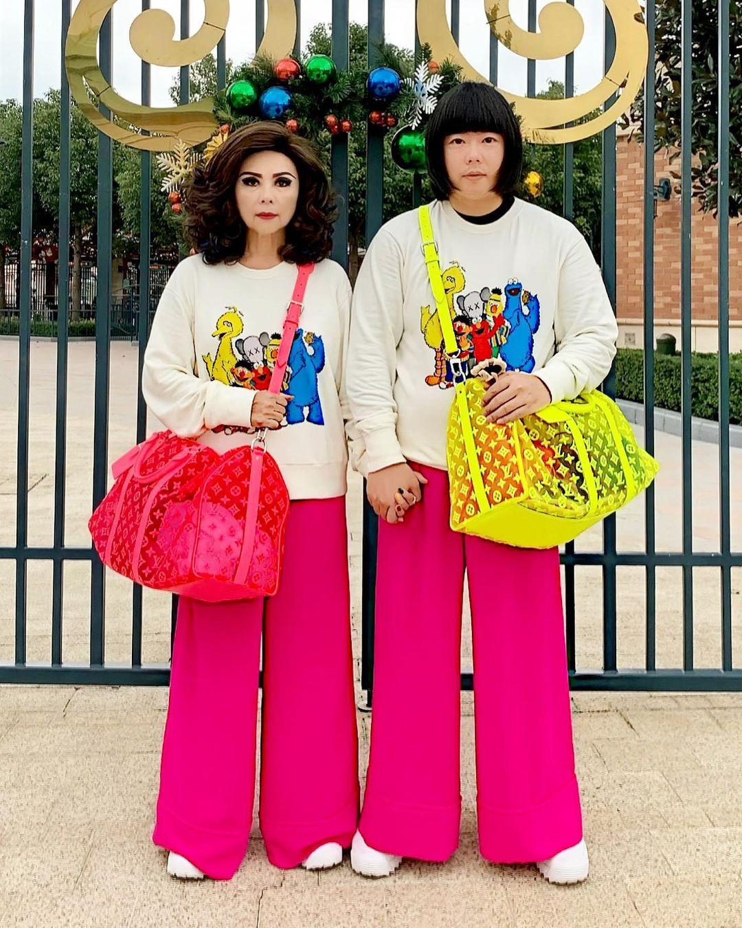 整座柏金山?泰國「繽紛炫富母子」趣味到上雜誌封面...真的無法討厭!