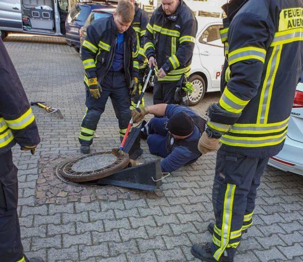 救救我!小胖鼠卡在人孔蓋 消防出動「9位壯男」全力救援