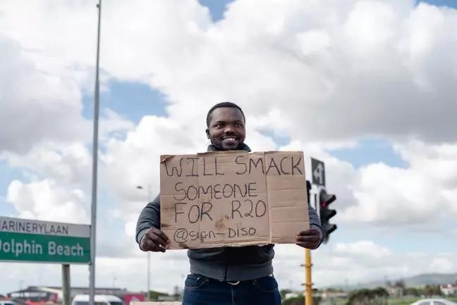 失業也不放棄!樂觀爸拿「看板」感動路人 靠賣微笑「爽賺13萬」