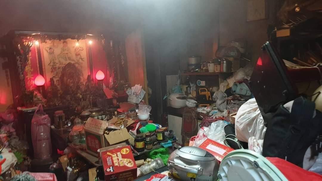 鄰居阿公囤物癖!整個廚房燒掉「差點逃不出」連消防員都怒爆