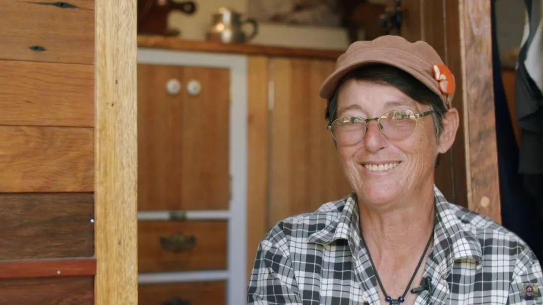 60歲嬤不結婚!她「賣掉豪宅」住進2坪車上 爽過「神仙生活」:這才是人生