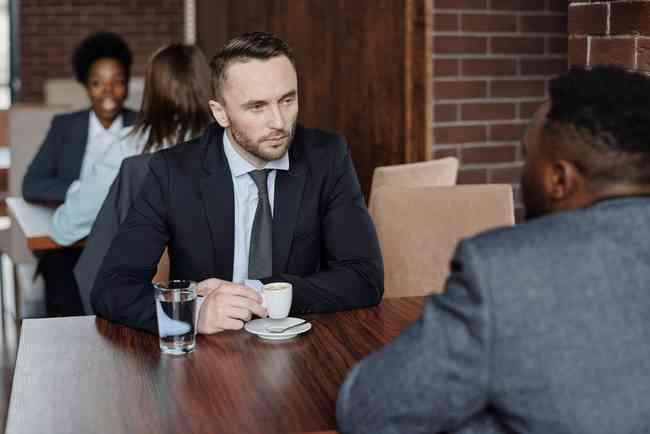 聊天時「故意讓對方尷尬」才會成功!馬斯克、賈伯斯超愛用的「沉默法則」