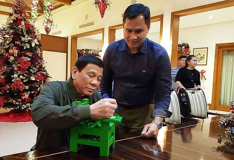 他用「回收塑膠」做桌椅助貧童...狂賣170萬張席捲全國!