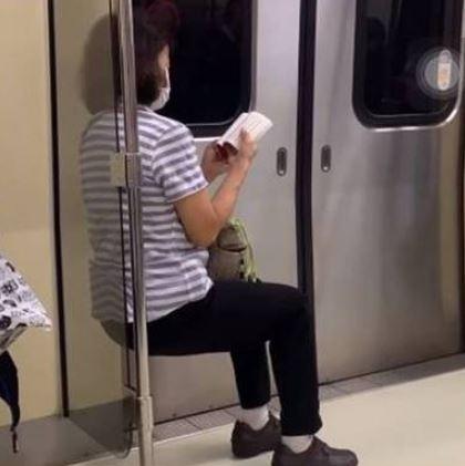 捷運沒位子!神人阿姨自製「空氣椅子」肌耐力屌打健身高手