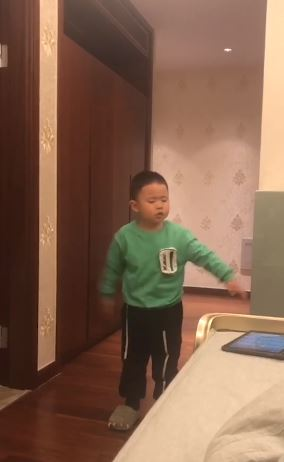 「不想跟爸爸睡」半夜溜下床!男童「5字原因」太想替爸爸哭QQ