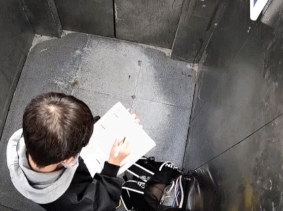 被困電梯!淡定童坐下寫作業 「20分鐘後」網跌破眼鏡:長大後不得了