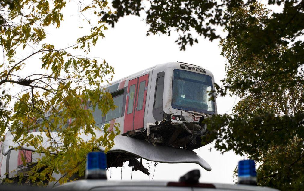 列車「失控脫軌」被雕像接住 超強「支撐力」連創作者也嚇壞
