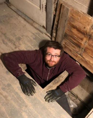 裝修老屋挖出「神秘包裹」 他拿去鑒定直接「入賬百萬」
