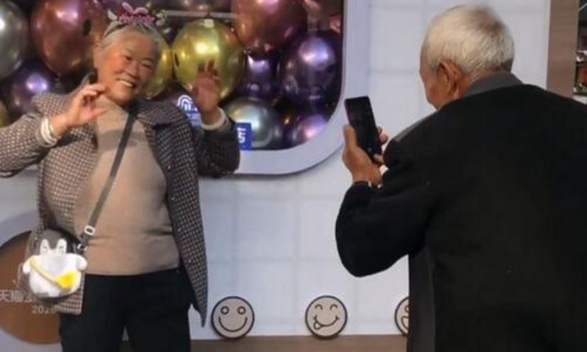 爺爺幫奶奶「拍網美照」全程不喊累 網:是愛情的模樣❤