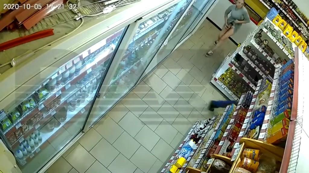放到異次元空間?女子「1分鐘狂塞6樣」 兩手空空走出超市