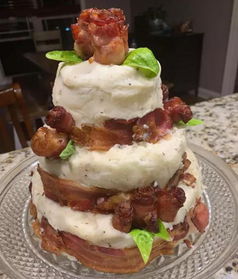 幫兒子慶生!暖父自製「牛排蛋糕」把培根→玫瑰 切開後「3層肉」香氣撲鼻