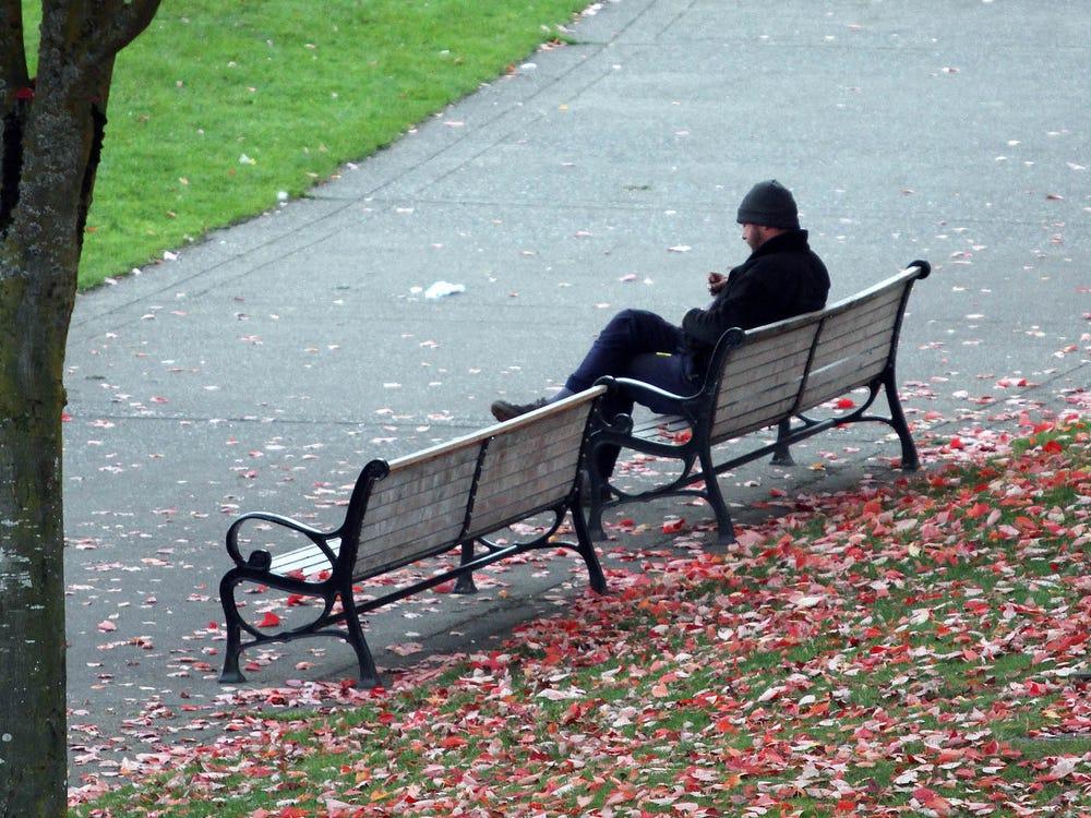 研究發現:孤獨會讓「大腦想社交」 太孤單還能減肥?