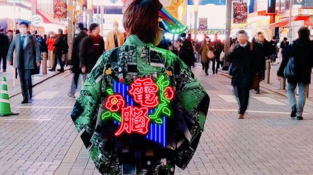 霓虹燈穿身上!酷媽「賽博龐克和服」未來感爆表 平日穿搭根本電影畫面
