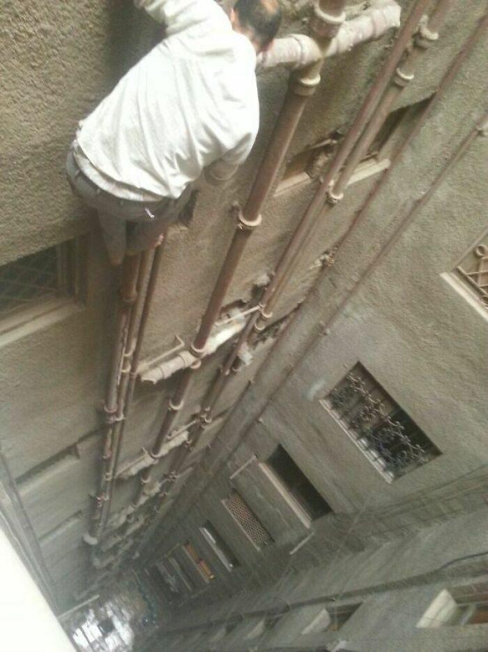 34張「命不夠大不要學」危險照 打開逃生門是整面牆太絕望