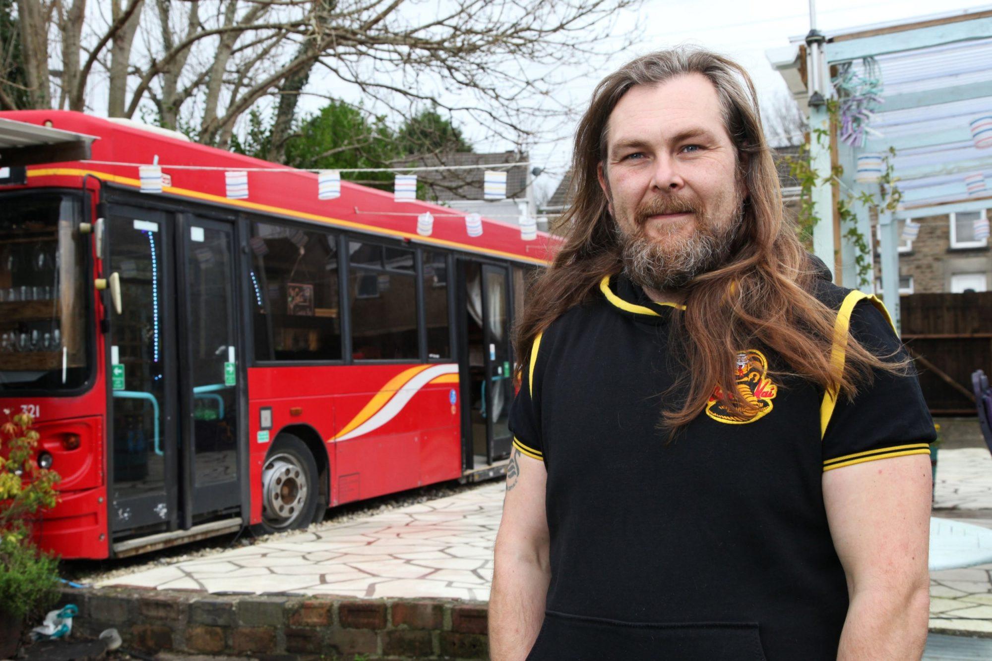 不用買新的!天才爸購入舊公車 只花7萬就改造成「超型格酒吧」