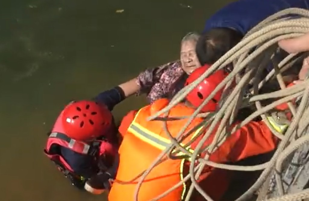 87歲嬤不小心掉河裡!她「雙手環抱保命」救難人員:冷靜到以為睡著