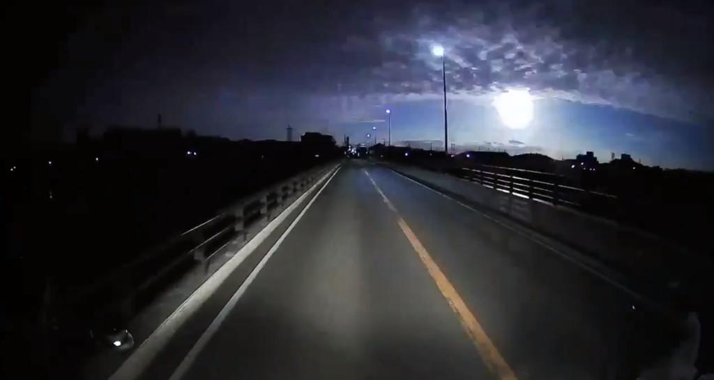 火流星墜落...瞬間黑夜變白天!民眾嚇醒想逃:以為世界末日