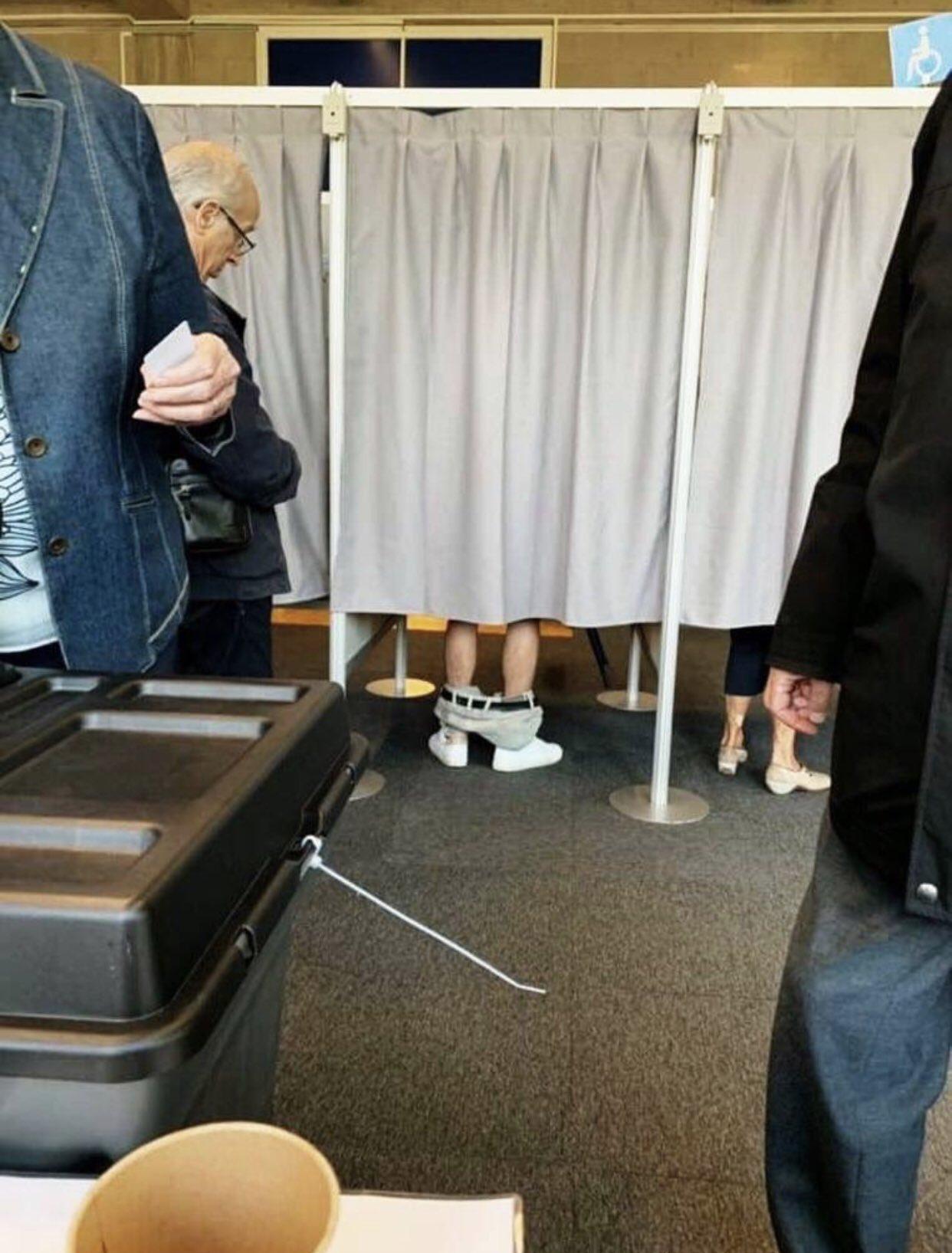 投票投到「脫褲」?半件直接拉到腳踝....後面阿公也看傻