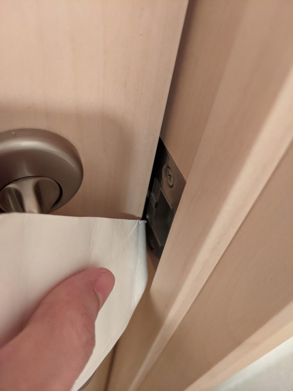影/被反鎖在廁所!神人用「衛生紙芯」順利逃脫 網:快學起來
