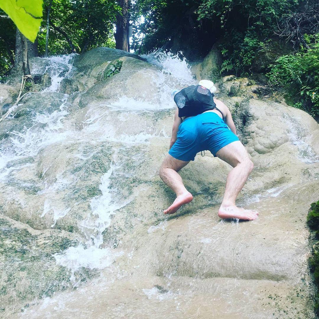 「黏黏瀑布」徒手就能爬 「5種難度等級」可以挑戰當蜘蛛人!