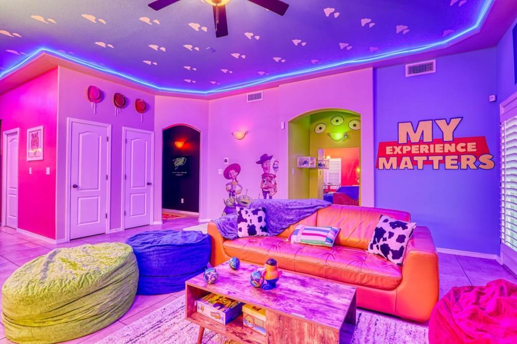 細節滿滿的「玩具總動員」主題旅宿 3眼怪壁燈可愛到犯法❤