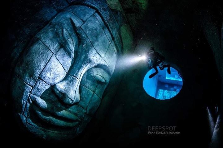 「世界最深泳池」潛進水下45米 「沈船+雕刻」打造擬真海洋!