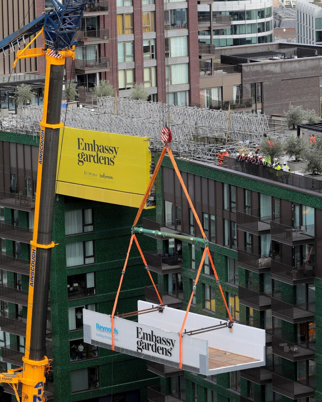 大樓天橋「天空泳池」準備亮相 離地「35公尺」想游心臟要夠大!