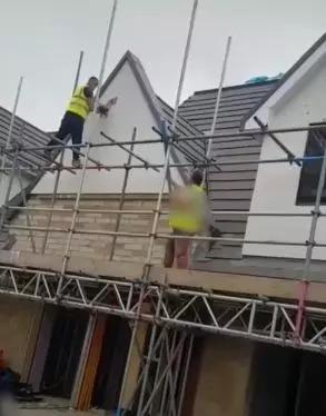 雇主露出真面目...建築工氣到拿榔頭「往自己作品狂砸」洩怒